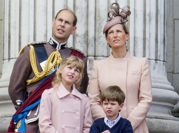 Фото №1 - Важный шаг: как и почему изменится жизнь младших внуков Королевы после их 18-летия