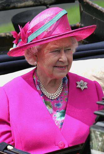 Фото №27 - Делайте ставки, господа: шляпки Королевы на Royal Ascot