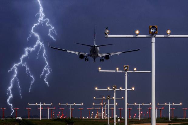Фото №5 - Почему самолеты не падают от попадания молнии