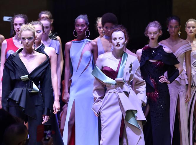 Фото №1 - Плащи Haute Couture и туфли с бантами на парижском показе Versace