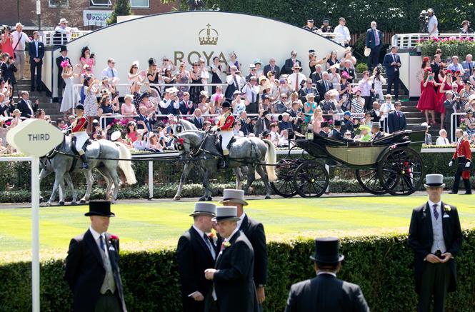 Фото №1 - Чья шляпа лучше: герцогиня Кембриджская и другие на Royal Ascot 2017