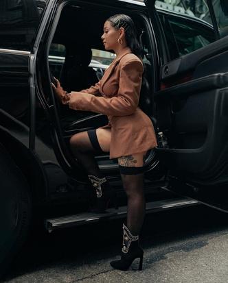 Фото №2 - Образ дня: Белла Порч в чулках и платье с корсетом