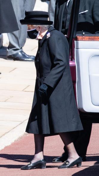 Фото №3 - Дорогие воспоминания: какие важные вещи Королева взяла на похороны принца Филиппа