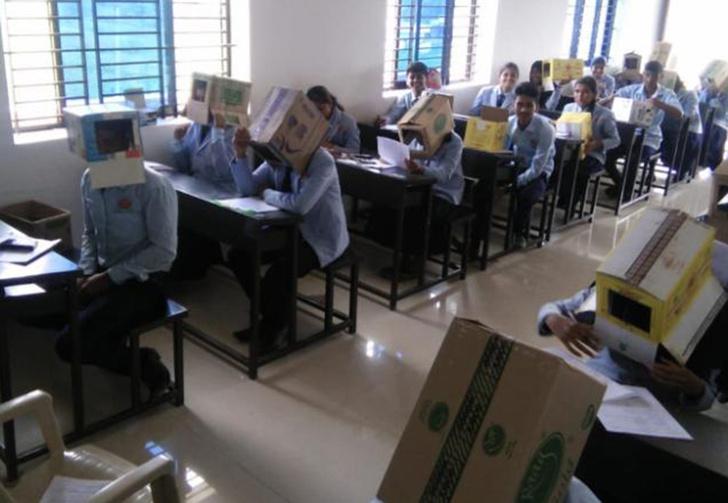 Фото №1 - Индийских школьников заставили надеть на головы картонные коробки, чтобы не списывали на экзамене