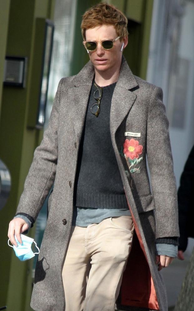 Фото №1 - Великолепный Эдди: необычное пальто и многослойность