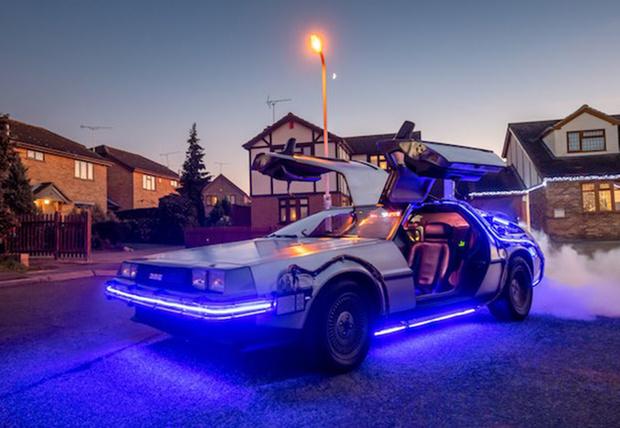 Фото №1 - Британский дизайнер потратил кучу времени и целое состояние, чтобы собрать точную копию машины из «Назад в будущее» (фото)
