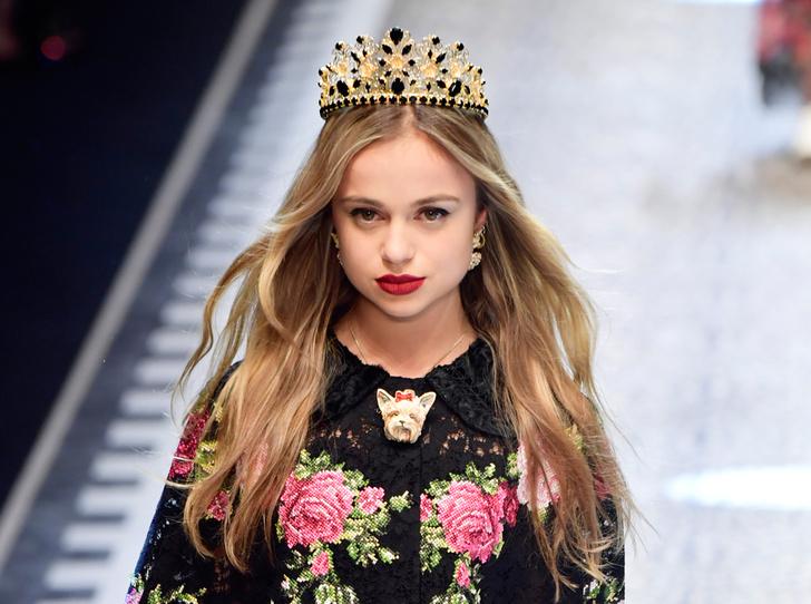 Фото №1 - Голубая кровь на подиуме: наследницы британской короны в показе Dolce & Gabbana