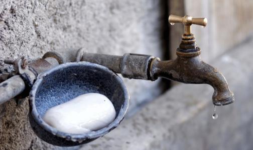 Фото №1 - Роспотребнадзор: Петербургская питьевая вода может быть «цветной» и «мутной», на здоровье это не влияет