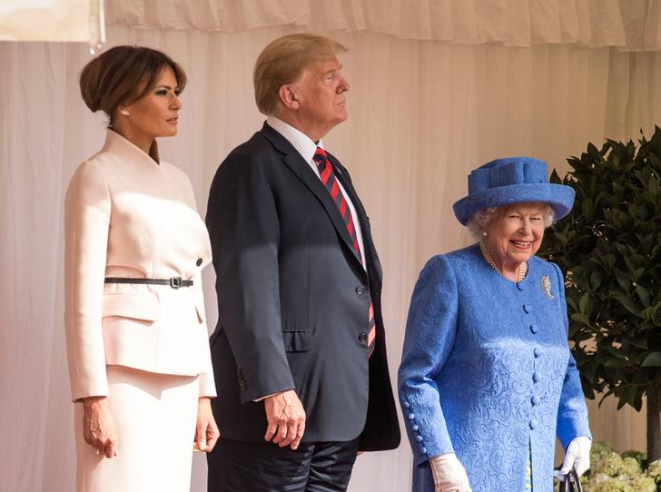 Фото №1 - Нарушил или нет: чего не сделал Дональд Трамп при встрече с Королевой (и был ли должен)