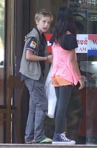 Фото №2 - Анджелина Джоли устроила шоппинг с Шайло в день рождения Брэда Питта
