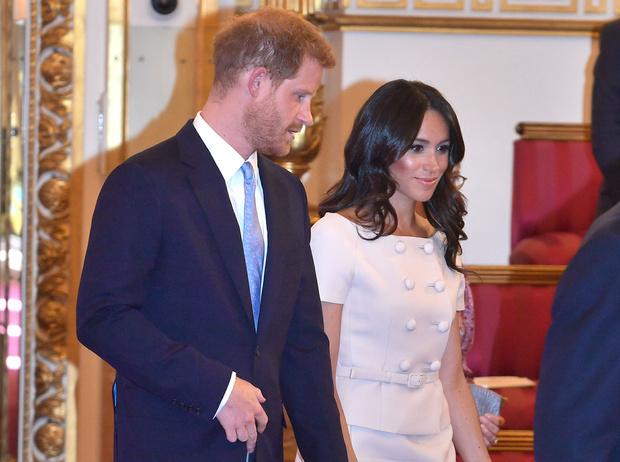 Фото №1 - Почему Гарри не берет Меган за руку в присутствии королевы