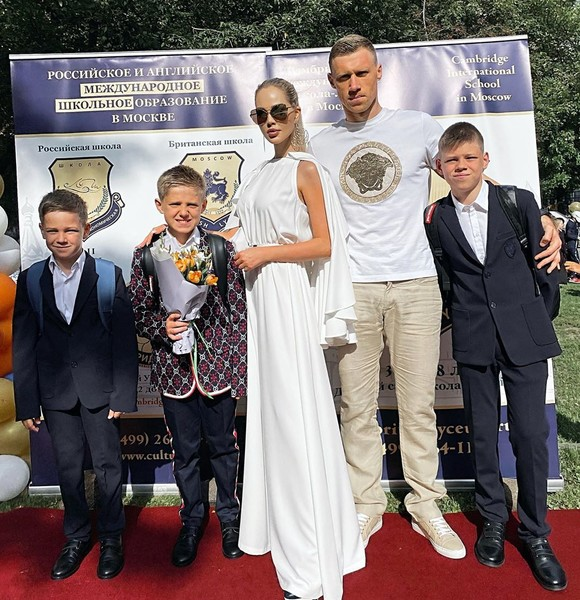 Фото №1 - Модный класс: кто из звездных родителей пришел с детьми в школу, а кто— в клуб и на Олимп
