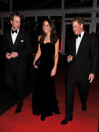Фото №4 - Самый роскошный и смелый вечерний выход герцогини Кейт в ее королевской биографии