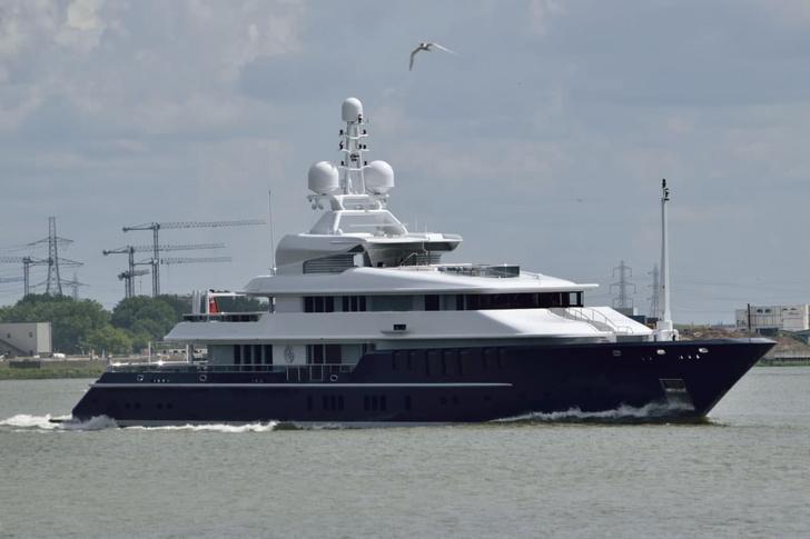 Фото №1 - Том Круз отдыхает на яхте таинственного олигарха с молодой возлюбленной