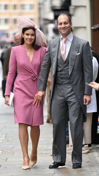 Фото №3 - Две королевские свадьбы сразу: крестница Чарльза и племянница Елизаветы вышли замуж в один день (и их платья точно войдут в историю)