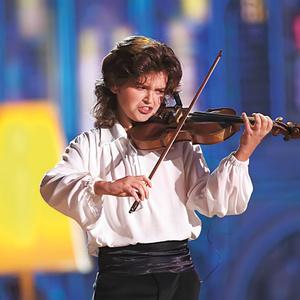 Играет скрипач Матвей Блюмин.