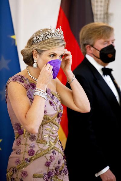Фото №1 - Королевские особы, которые сделали из масок модный аксессуар