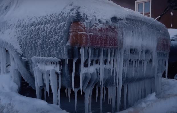 Фото №1 - Русские мужики превратили BMW в ледяную глыбу и проверили, сможет ли он сам себя разморозить (видео)