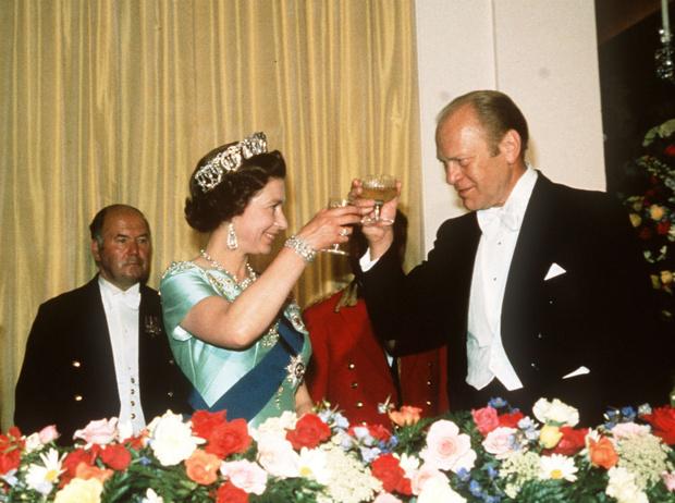 Фото №4 - Конфузы Белого дома: как президенты Форд и Буш пытались подшутить над Королевой