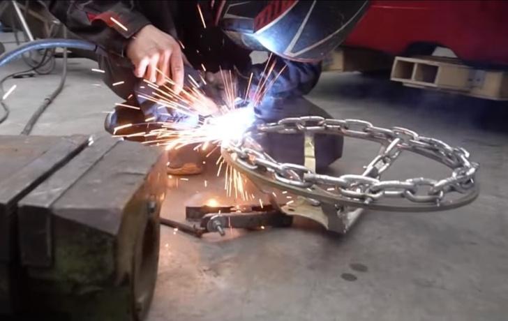 Фото №1 - Наши умельцы сварили автомобилю руль из цепи (видео)