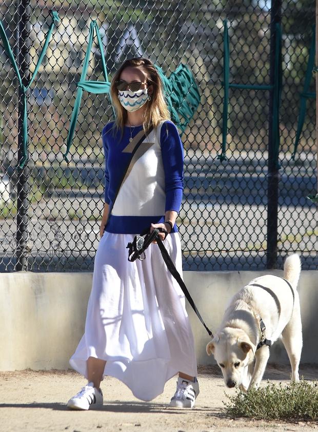 Фото №2 - Этим летом дайте шанс белоснежной юбке и носите ее как Оливия Уайлд