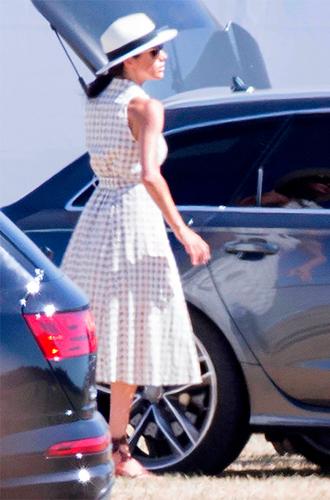 Фото №2 - Меган Маркл впервые после свадьбы появилась в джинсах