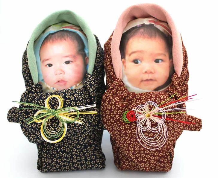 Фото №3 - Новая забава: бабушки нянчатся с пакетами риса в виде своих внуков