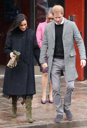 Фото №2 - Почему герцогиня Меган носит с собой перчатки, но не надевает их
