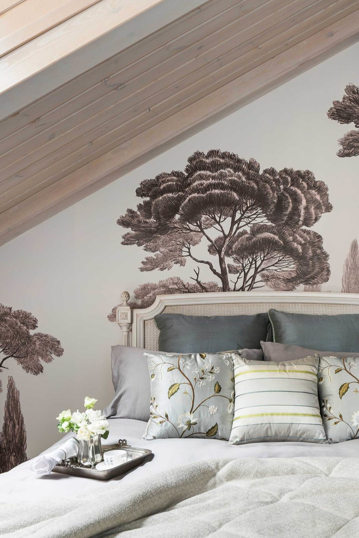 Мебель изготовлена на заказ по эскизам студии, столярная мастерская «Гайсин и Ко». На стене— художественная роспись.