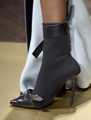Фото №19 - Плащи Haute Couture и туфли с бантами на парижском показе Versace