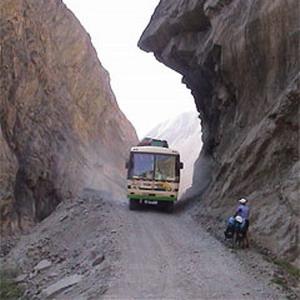 Фото №1 - В Перу автобус с туристами сорвался в пропасть