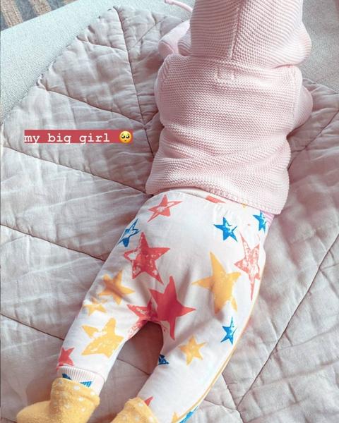 Фото №1 - Too cute! Джиджи Хадид поделилась новым фото дочери 🥰