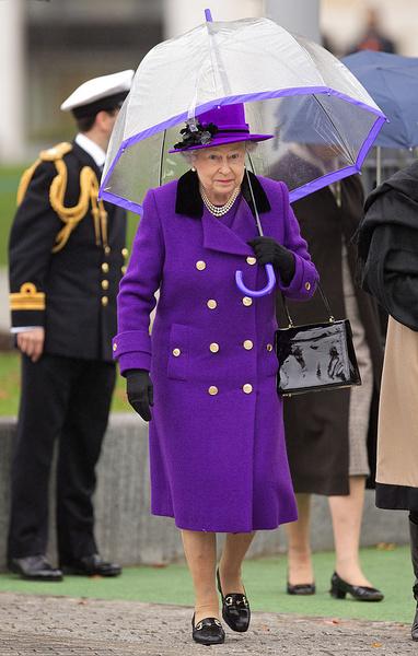 Фото №1 - Тайное правило: королева Елизавета и ее зонтики