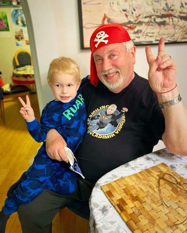 Фото №1 - 72-летний Винокур зажигательно станцевал с внуком: видео