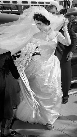Фото №2 - Привычка жениться: 8 свадебных платьев и 7 мужей Элизабет Тейлор