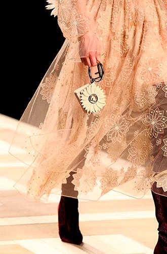 Фото №24 - Fashion director notes: акценты и детали в показе Fendi в Милане
