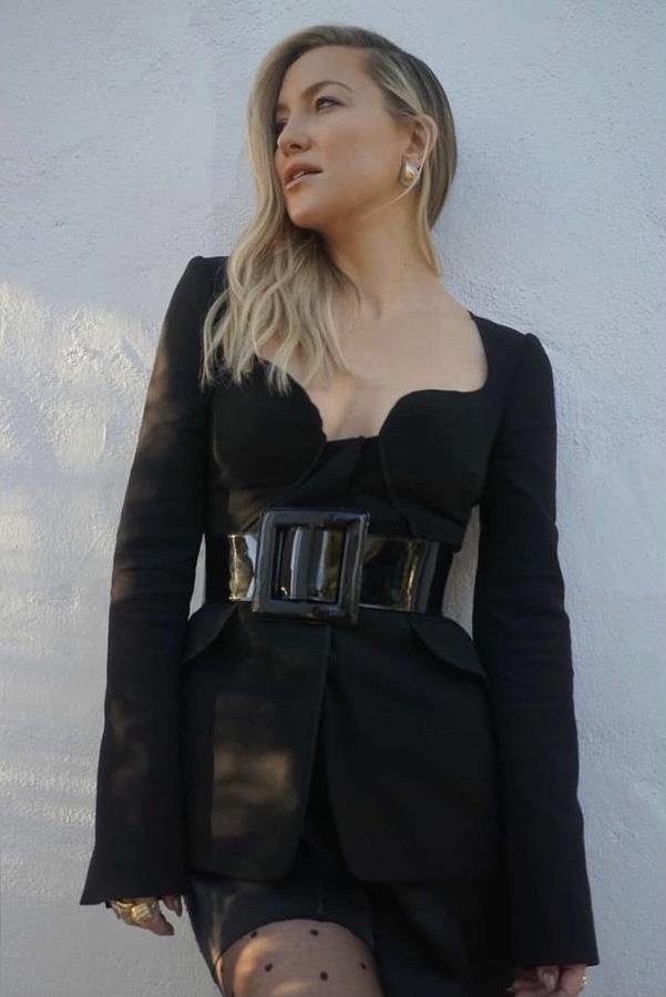 Фото №2 - Короткая юбка и соблазнительный вырез: Кейт Хадсон в невероятном костюме Carolina Herrera