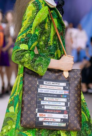 Фото №11 - Объем имеет значение: с чем носить оверсайз-сумки (и где искать самые модные)