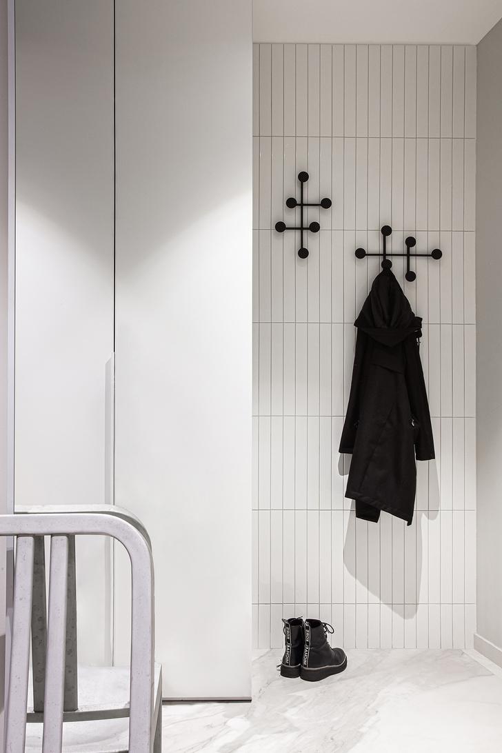 Прихожая. Крючки для одежды, Menu. Плитка, Equipe. Широкоформатный керамогранит, Laminam.