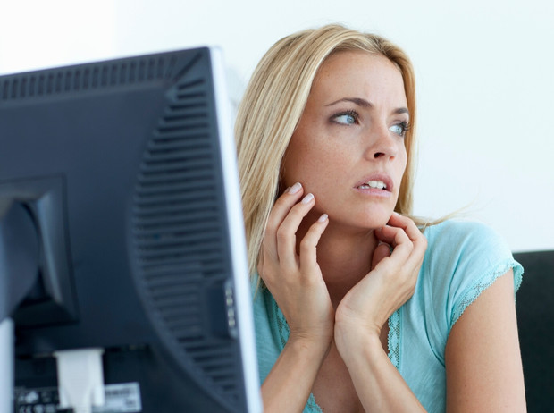 Фото №1 - Как работа за компьютером вредит нашей коже, и что сделать, чтобы ее защитить