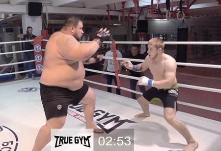 Бой колосса весом 220 кг и 77-килограммового ушуиста (видео)