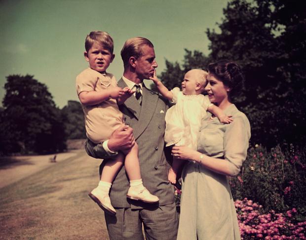 Фото №2 - Такая разная мама: почему у Королевы сложились отношения только с младшими детьми