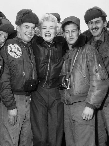 Мэрилин Монро и военные летчики в Корее, 1954 год.