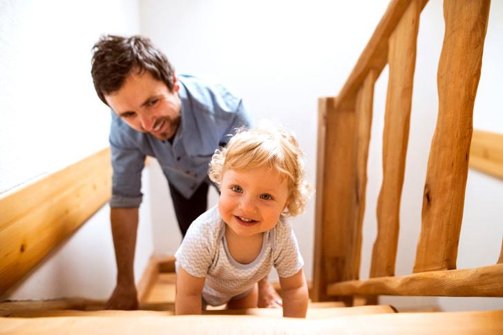 Как научить ребенка ходить по лестнице