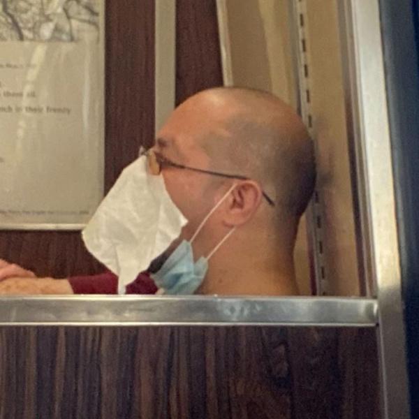 Фото №9 - Как люди ездят в метро во время пандемии: 40 уморительных фото