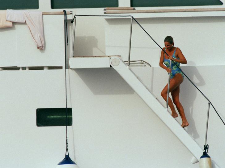 Фото №2 - Как выглядеть безупречно даже на пляже: стильный лайфхак принцессы Дианы
