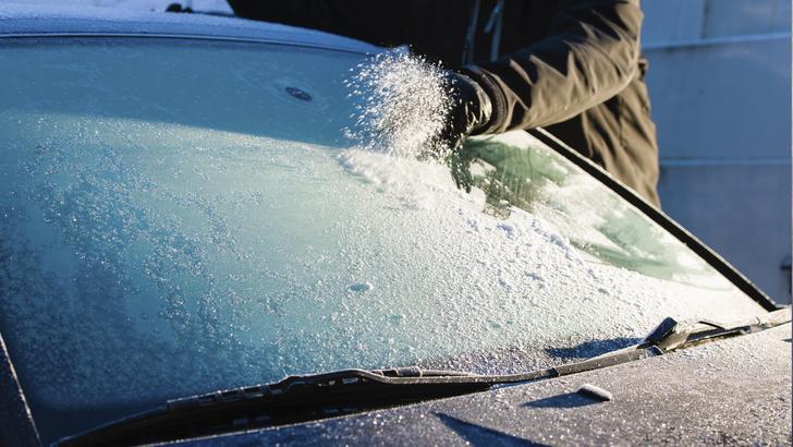 Фото №1 - По Сети гуляет вредный лайфхак по разморозке заиндевевшего стекла автомобиля