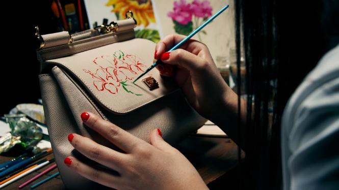 Фото №2 - Распишите и дарите: сумка Dolce & Gabbana с индивидуальным рисунком