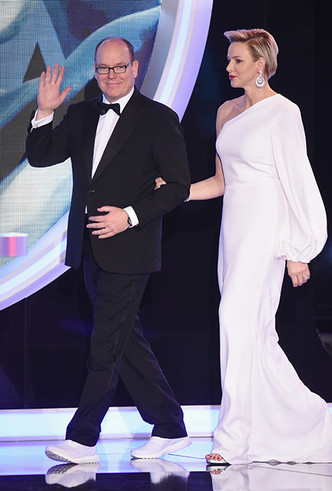 Фото №4 - Князь Монако Альбер II на вручение премии пришел в обычных белых кроссовках