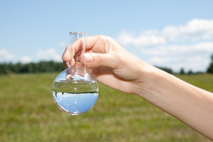 Shutterstock.comХлор и гипохлориты используются для обеззараживания воды именно потому, что они ядовиты. Считается, что при соблюдении всех технических требований количество хлора в воде, поступающей к потребителю, снижается до безопасных величин. Ряд специалистов оспаривает это мнение, но приводимые ими данные о связи потребления хлорированной воды и риска развития ряда заболеваний не позволяют прийти к однозначным выводам. Как бы то ни было, если водопроводная вода пахнет хлором, то его содержание превышает допустимый уровень, и такую воду желательно отстаивать или пропускать через фильтр. Но в любом случае риск, связанный с употреблением хлорированной воды, меньше риска при употреблении воды необеззараженной. К тому же никакой другой метод обеззараживания не может считаться столь же надежным, как хлорирование.